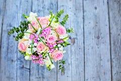桃红色玫瑰花束在木背景视图的从上面 免版税图库摄影