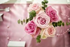 桃红色玫瑰花束在桌视图的从上面 库存图片