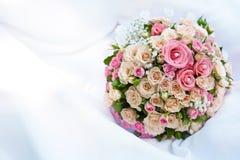 桃红色玫瑰花束在白色的 库存照片