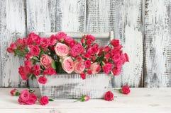 桃红色玫瑰花束在箱子的 免版税库存图片