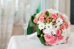 桃红色玫瑰花束,婚姻的玻璃,葡萄酒装饰 免版税库存照片