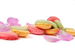 桃红色玫瑰花瓣和macaron曲奇饼 免版税库存照片