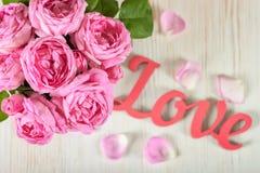 桃红色玫瑰花瓶 库存照片