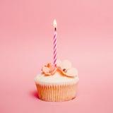 桃红色生日杯形蛋糕 免版税库存图片