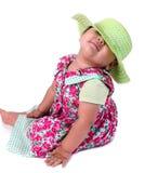 桃红色用花装饰的礼服的可爱的女婴 免版税库存图片