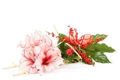 桃红色百合花花束在白色的 免版税库存图片