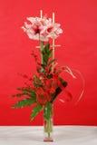 桃红色百合花花束在红色的 库存照片