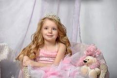桃红色的小公主与在她的头的冠状头饰 库存图片