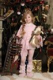 桃红色的小女孩在圣诞树 免版税库存图片