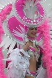 桃红色的年轻女性狂欢节舞蹈家 免版税库存照片