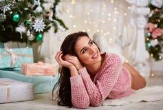桃红色的年轻美丽的妇女编织了毛线衣 库存图片