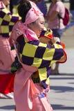 桃红色的年轻舞蹈家在商展的日本传统游行穿戴2015年 免版税图库摄影