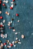 桃红色盐五谷和干胡椒在木桌上 库存照片
