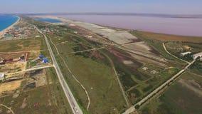 桃红色盐湖和绿松石海,空中录影 股票视频