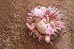 桃红色盖帽的嫩睡觉的新出生的婴孩 免版税图库摄影