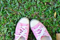 桃红色相反的运动鞋 免版税图库摄影