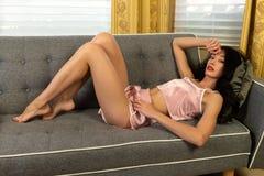 桃红色睡衣的欧亚妇女 免版税图库摄影