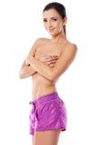 桃红色短裤的性感的露胸部的妇女 免版税库存照片