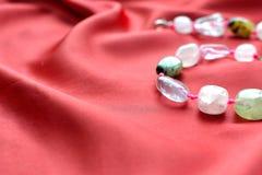 桃红色石英和绿沸铜小珠 免版税库存图片