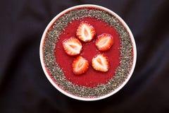 桃红色碗与chia种子的草莓圆滑的人在布料,顶上的看法 从上,顶视图 免版税图库摄影