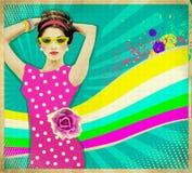 桃红色礼服和夏天太阳镜.retro海报ba的少妇 免版税库存照片