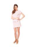 桃红色礼服摆在的年轻亭亭玉立的俏丽的妇女 免版税库存照片
