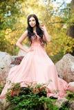 桃红色礼服的可爱的肉欲的妇女 秋天,秋天 库存照片