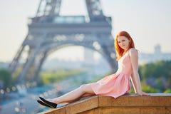 桃红色礼服的在埃佛尔铁塔附近,巴黎女孩 图库摄影