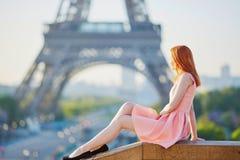 桃红色礼服的在埃佛尔铁塔附近,巴黎女孩 库存图片