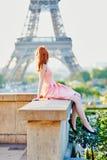 桃红色礼服的在埃佛尔铁塔附近,巴黎女孩 免版税库存图片