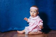 桃红色礼服的小芭蕾舞女演员 免版税库存图片