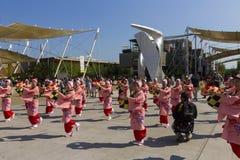 桃红色礼服的舞蹈家在商展的日本传统游行2015年 库存图片
