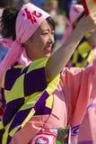 桃红色礼服的舞蹈家在商展的日本传统游行2015年 图库摄影
