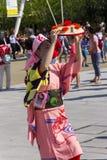 桃红色礼服的舞蹈家在商展的日本传统游行2015年 免版税库存图片