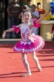 桃红色礼服跳舞的年轻小孩子芭蕾舞女演员在公开阶段 库存图片