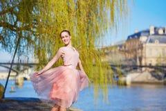 桃红色礼服跳舞的美丽的少妇在巴黎 免版税库存图片