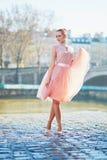 桃红色礼服跳舞的美丽的少妇在巴黎 库存照片