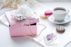 桃红色礼物和咖啡 免版税图库摄影