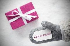 桃红色礼物,手套, Adventszeit意味出现季节 免版税库存照片