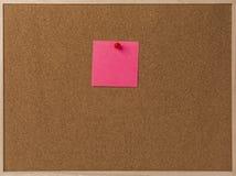 桃红色空白的稠粘的笔记红色被别住入棕色corkboard 库存图片