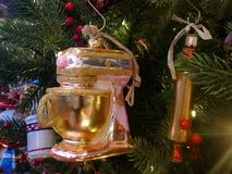 桃红色立场搅拌器和滚针在食物主题的圣诞树 免版税图库摄影