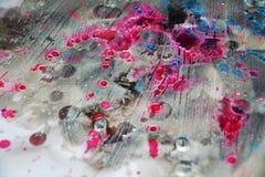 桃红色紫罗兰色蓝色弄脏了水彩背景,蜡状的抽象纹理 库存图片