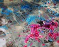 桃红色紫罗兰色蓝色黑暗弄脏了水彩背景,蜡状的抽象纹理 免版税图库摄影
