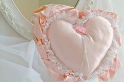 桃红色缎心脏枕头和葡萄酒镜子 库存图片
