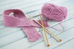 桃红色羊毛乳腺癌了悟丝带大角度看法与钩针编织针的在桌上 库存图片