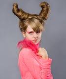 桃红色羽毛纵向妇女年轻人 免版税库存照片