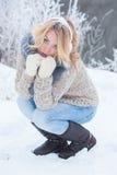 桃红色耳机的美丽的女孩在有雪的围巾 免版税库存照片