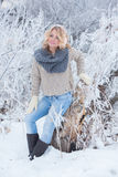 桃红色耳机的美丽的女孩在有雪的围巾 免版税库存图片