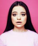 桃红色背景微笑的可爱的情感copyspace的,生活方式人概念年轻逗人喜爱的迪斯科女孩 免版税库存照片