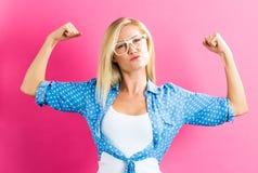 桃红色背景的坚强的少妇 免版税库存图片